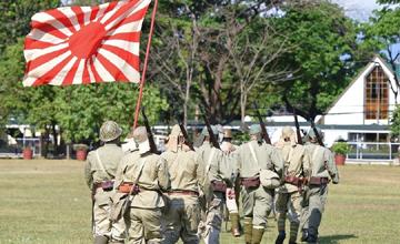菲律宾人扛起旭日旗纪念二战