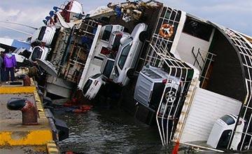 满载轿车的轮船不慎侧翻,4S店老总赶到后抱头痛哭