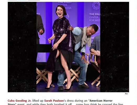 美国男星当众撩女星裙子 弯腰猛盯大腿 (图)