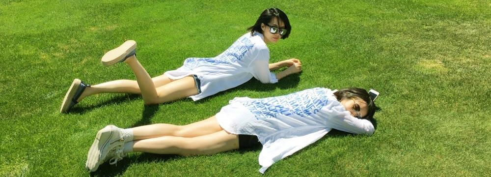 48岁许晴白T超短裤横卧草地 与经纪人秀美腿似姐妹
