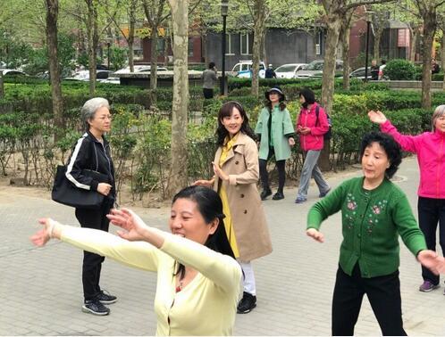 美的接地气!45岁牛莉跟大妈学跳广场舞(图)