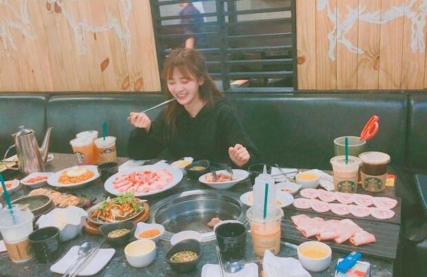 鞠婧祎晒美少女日常:喝咖啡、吃火锅、撸猫
