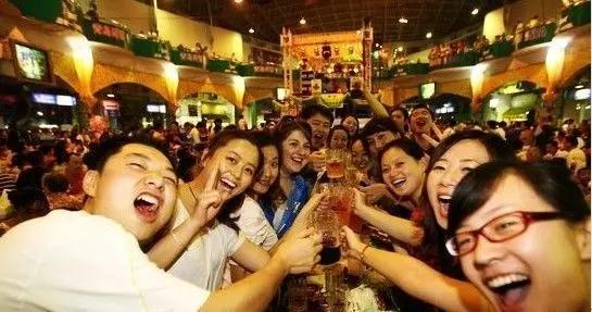 """盛夏季节来到青岛的海边,一杯青岛啤酒下肚,足以给你留下一座城市的回忆;耳畔回荡着大海的咆哮,大排档里飘出纯正的""""哈啤酒,吃蛤蜊"""",金黄的酒曲酿出的是这座城市的热情好客和淳朴至真。新词旧曲总把这座青青之岛赞颂,今日我们从这里的酒出发,找到微醺后的自在和轻松,一切的忙碌,只为抓住那一丝丝诗意,留住内心深处的那一点点相思。 漂泊而来的啤酒,此情未变的故乡 之于青岛,这样一座诗意而美丽的城 漂泊而来的啤酒,此情未变的故乡"""