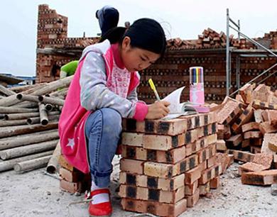 女孩工地垒砖做作业