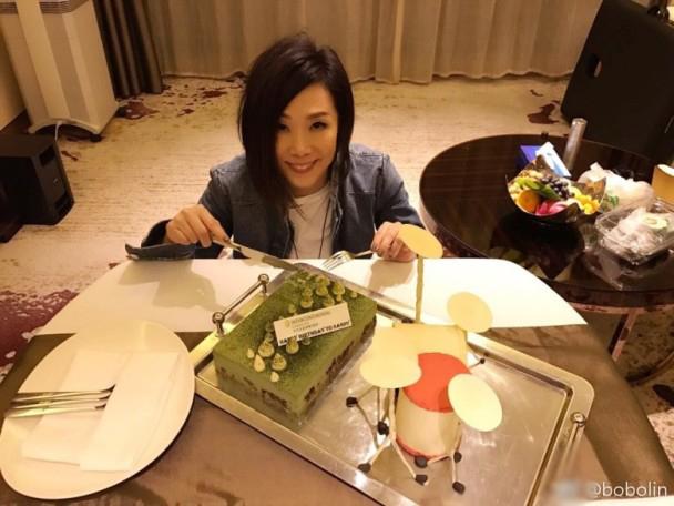 林忆莲51岁生日伦永亮到场 切心形蛋糕获赞童颜
