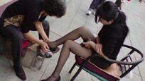 暗拍街头擦鞋女惊人一幕,竟为男人做这服务