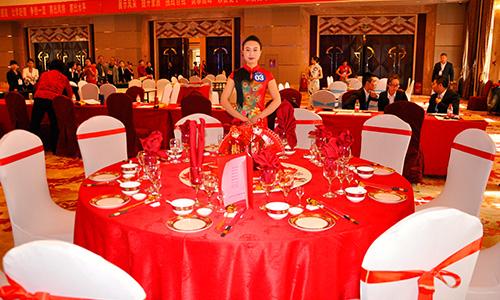延安枣园宾馆参赛选手展示的中餐宴会设计与摆台图片