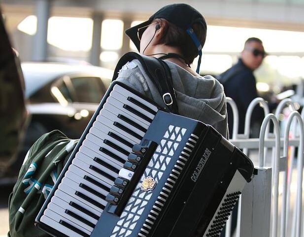王珞丹回应机场背琴被指作秀:以前没人说