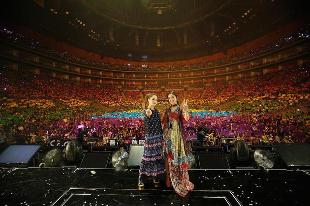 演唱会粉丝送人造彩虹 Twins感动泪洒现场