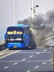 南京载45人大客车爆燃被烧成空架