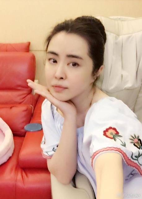 王祖贤扎丸子头卖萌 冻龄女神不惧素颜(图)