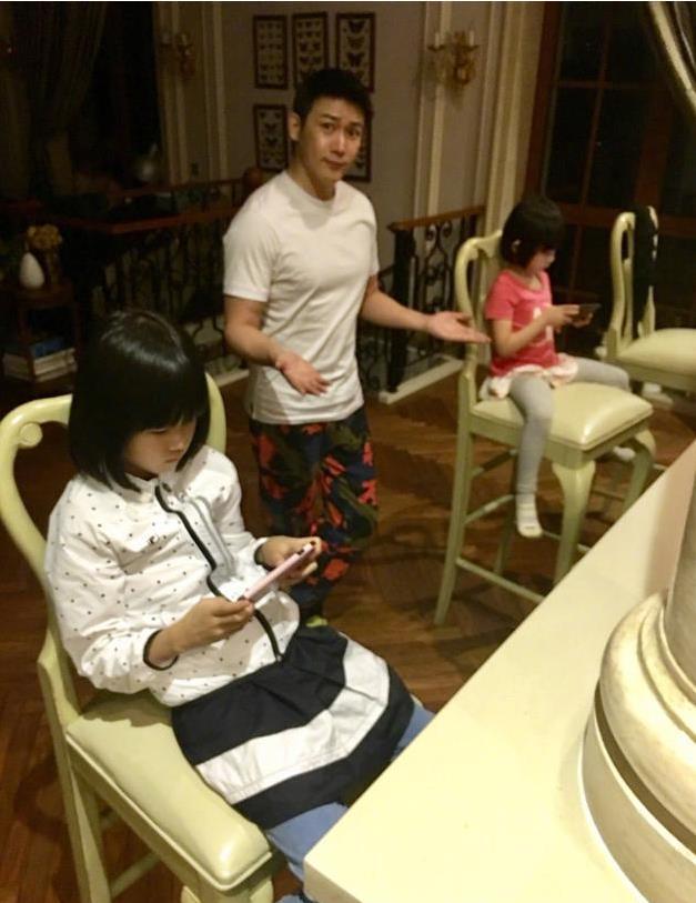 """俩女儿抱着手机打游戏 """"侯局长""""的表情亮了(图)"""