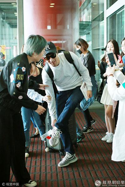 赵又廷现身机场引发大围堵 鞋都被踩掉了(图)