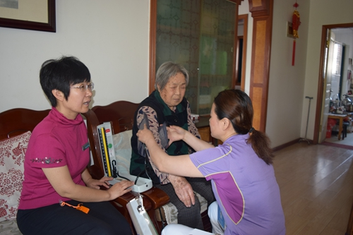 上午,崂山区社区卫生服务中心的家庭医生李晓丽和助手赵护士按照约定