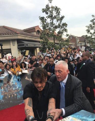 帅回来的德普不停给粉丝签名 被保安架出红毯区