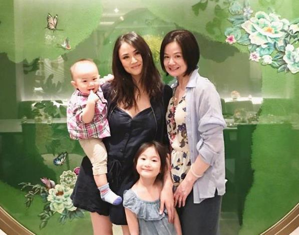 李小鹏妻子抱儿子和奥莉合影 网友感叹弟弟笑了
