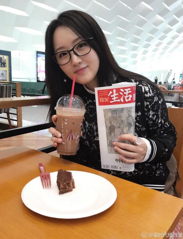 杨钰莹机场桌前喝咖啡看杂志 长发飘逸女神范儿十足