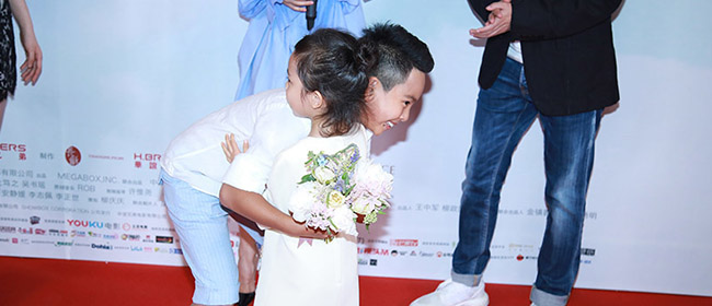 威廉弟弟首演电影获甜馨献花 互相拥抱超有爱