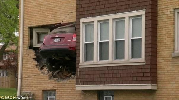 女司机凌晨驾车撞入别人家客厅一幕_资讯频道_凤凰网