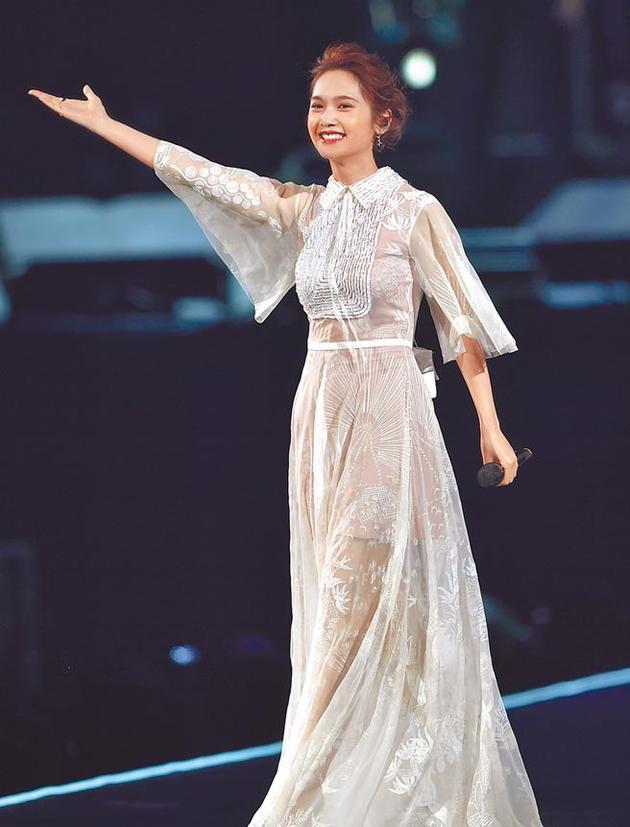 杨丞琳生日与李荣浩同场心情好 大方表示不闪婚