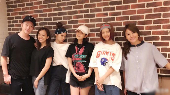杨丞琳返台见好友 与陈妍希携手站中间