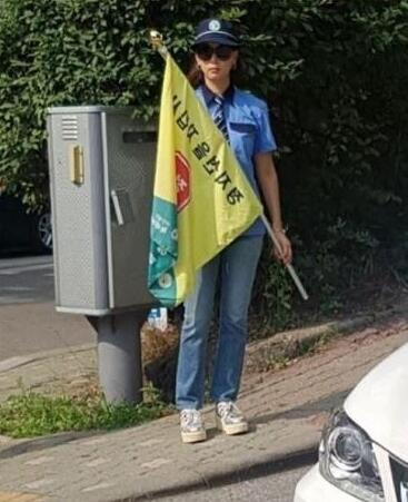张东健妻子在校门口站岗 保护学生安全被赞