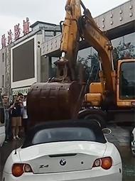 挖掘机爆砸百万豪车