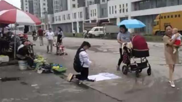 """大妈扮""""女学生""""跪地求助 数小时能赚到千元"""