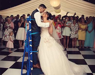 准新郎突遭意外致瘫痪 婚礼上奇迹般站起与新娘共舞