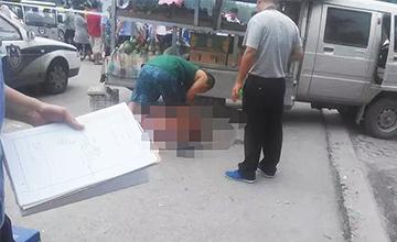 摊主提醒女顾客有小偷 被多人围殴刺死