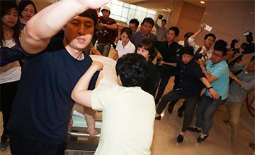 朴槿惠因脚趾疼痛到医院画面
