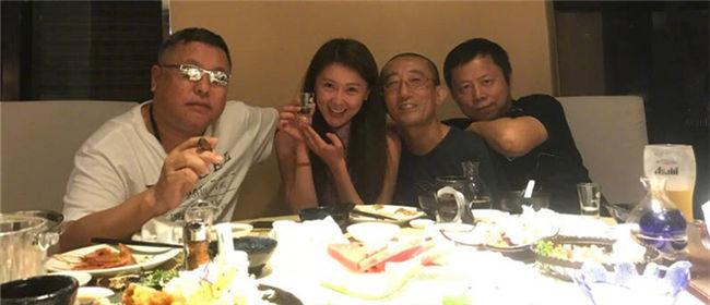 甘薇与导演高群书聚餐 举杯畅饮满脸通红
