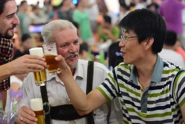 凤观青岛  时间:8月11日--8月27日 地点:崂山区世纪广场啤酒城 路线