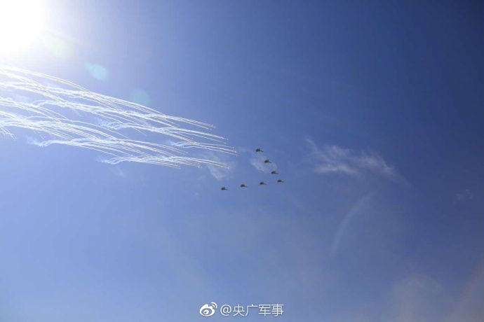 歼-20、运20亮相朱日和基地大阅兵现场插图4