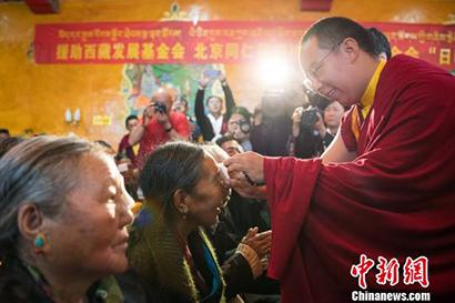 北京眼科专家上高原助西藏白内障患者复明