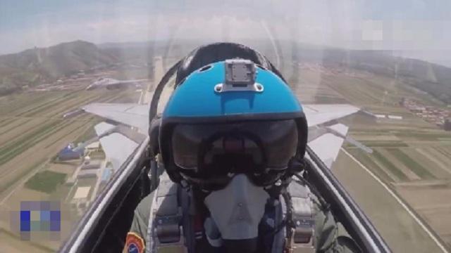 歼-15空中撞鸟 飞行员驾机带火着陆