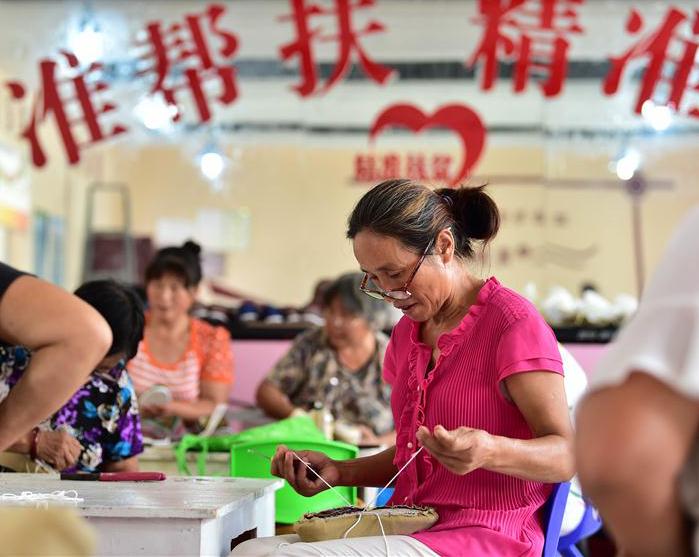"""安徽泗县:""""扶贫车间""""带动千人就业增收(图)"""