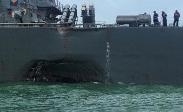 今早,美国军舰被商船撞出了这个坑