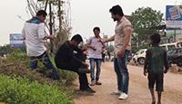 印度男子街头单脚腾空坐下 路人不知所措