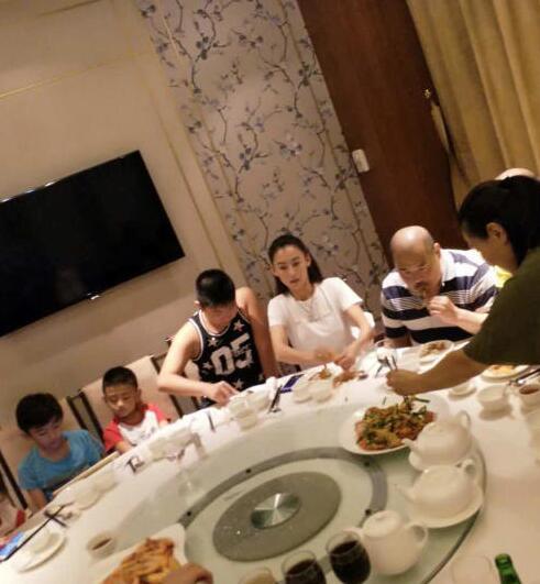张柏芝全家聚餐,爸爸胡须勇神情呆滞身体出状况?
