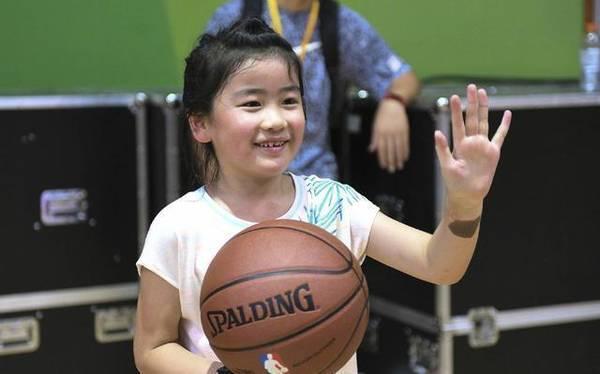 姚明女儿天赋超强 投篮姿势有模有样