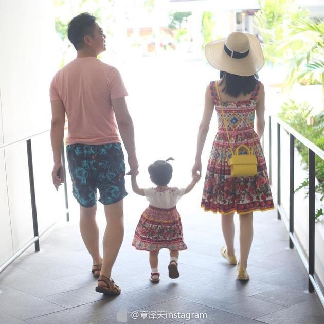 章泽天晒一家三口牵手背影 和女儿穿亲子装超有爱图片