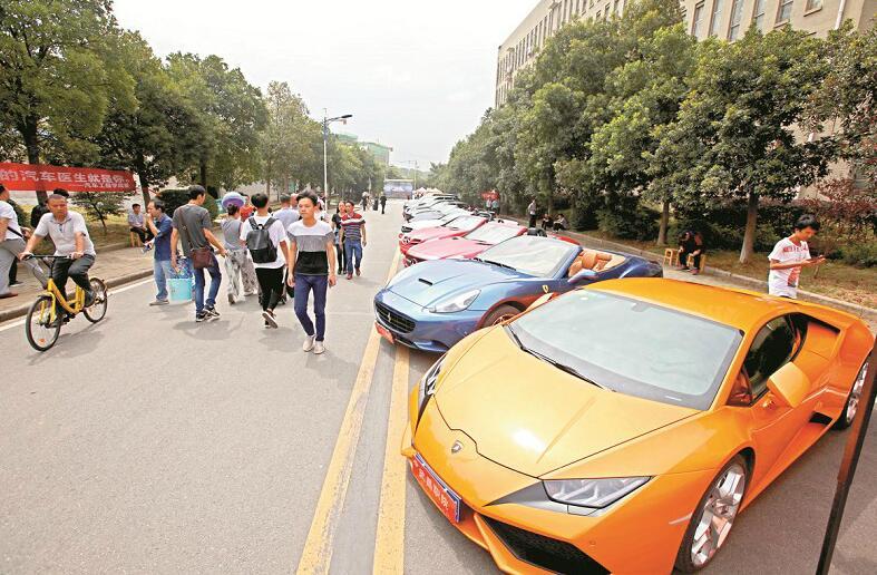 武汉一高校迎新出动千万豪车 称让学生 拆着玩