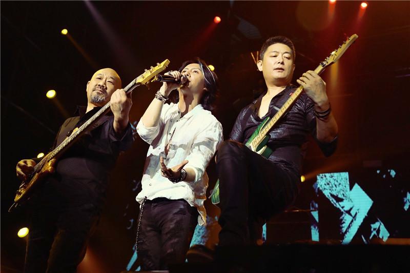 黑豹乐队30周年演唱会 粉丝全场起立合唱致经典