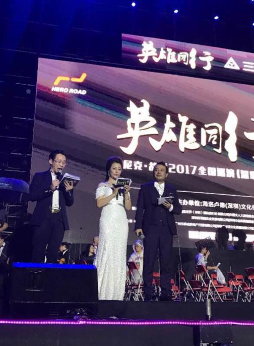 王梓蘅主持尼克·胡哲演讲 现场两万多人被激励