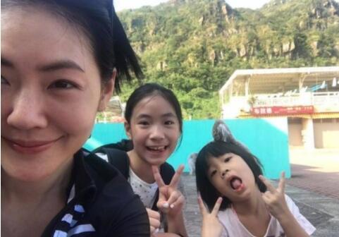 小S晒妈妈和三个女儿照片 竟然有人把她当成了…