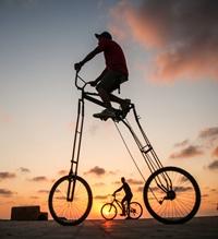 男子街头骑行2米高自行车