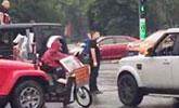 3豪车封路让婚礼车队先过 驾驶员被扣6分