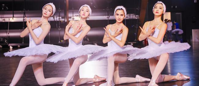 《我们来了2》设置挑战 蒋欣唐艺昕集体跳芭蕾舞