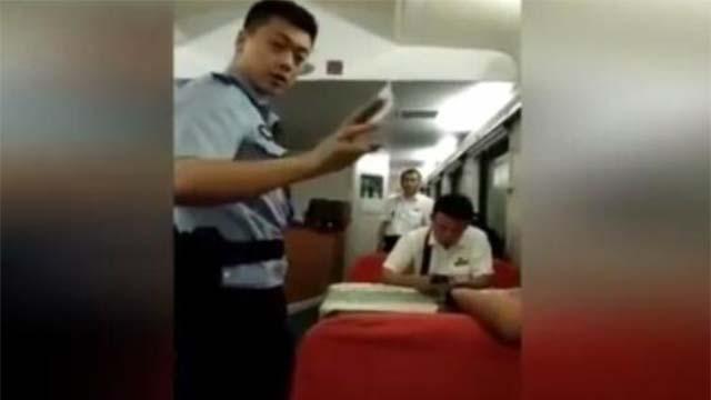 男子乘车拒补票还拍视频怼乘警